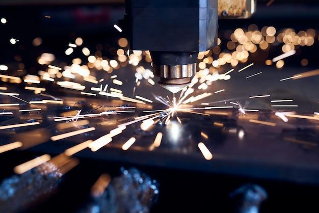 Découpe laser cnc de métal close up