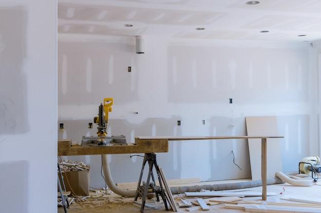 Découpe à la scie circulaire pour les détails de finition intérieure de la nouvelle construction de maisons