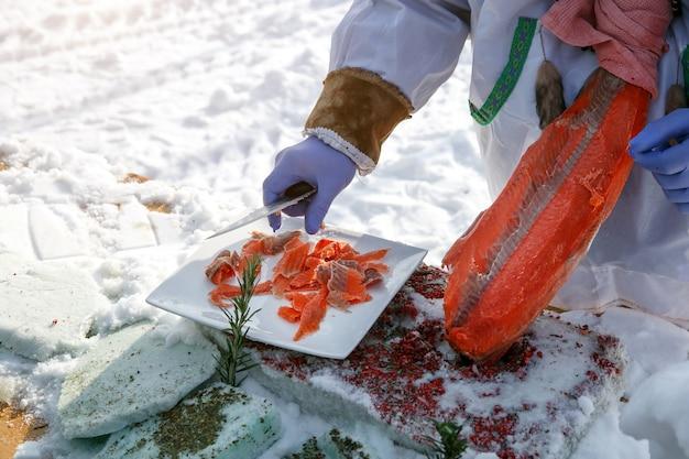 Découper du poisson congelé sur des filets