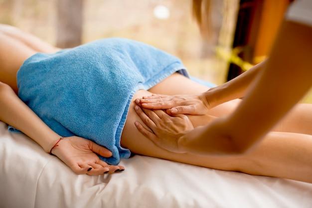 Découvre à la belle femme blonde en appréciant un massage au centre de santé