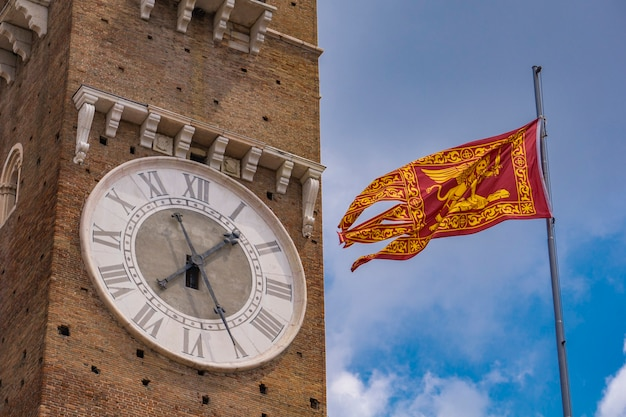 Découvre à torre dei lamberti et drapeau de la république de venise à vérone, italie