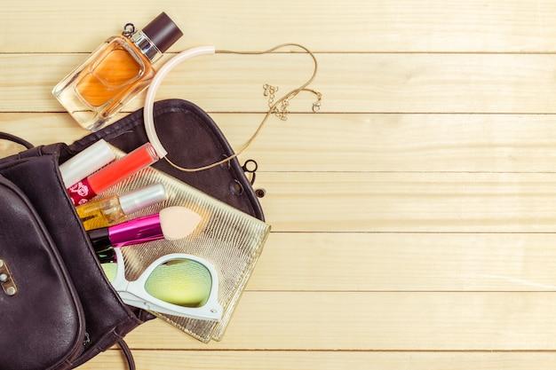 Découvre sur des trucs de femmes sac sur fond de bois