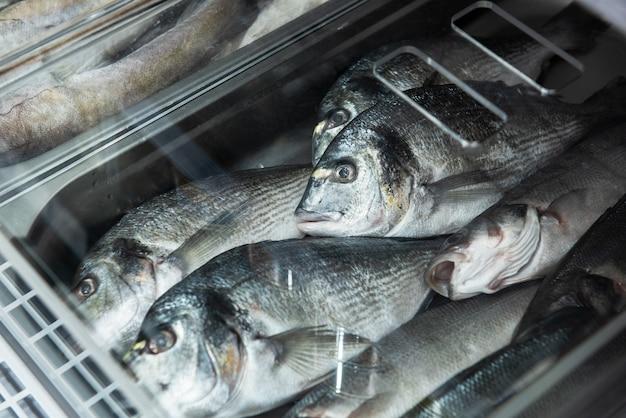 Décrochage du poisson et des fruits de mer dans un marché