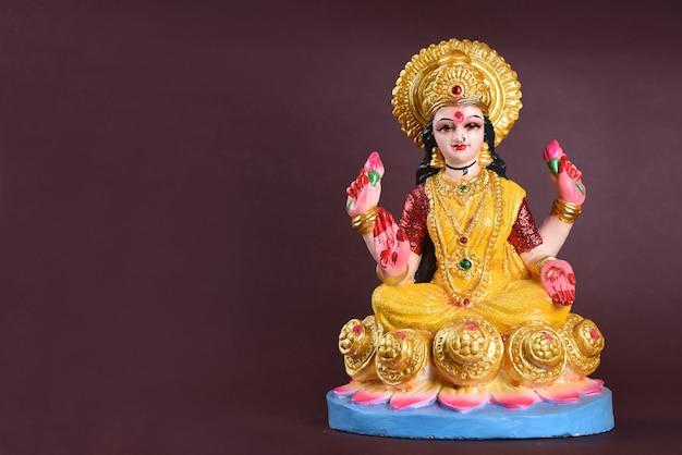 Déesse hindoue lakshmi sur fond violet