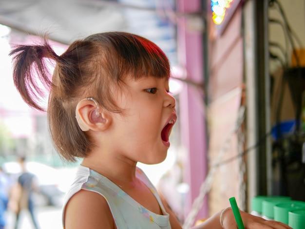 Déficience auditive dans l'enfance doit porter des appareils auditifs.