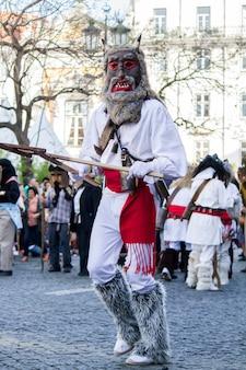 Défilé de costumes et de masques traditionnels de la péninsule ibérique au viii festival international des masques ibériques.