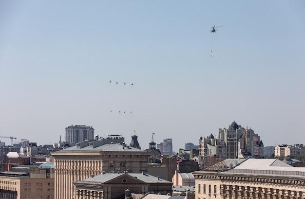 Défilé militaire à kiev. aviation de transport militaire et militaire à l'occasion du jour de l'indépendance de l'ukraine