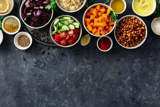 Définir les aliments pour la cuisson des aliments végétariens sains. pois chiches aux épices, potiron et betteraves cuits au four, quinoa et légumes.