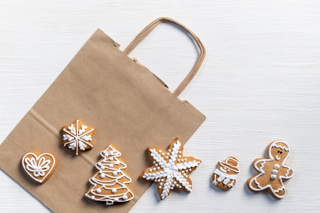 Définir les biscuits du nouvel an festif sur un fond en bois blanc