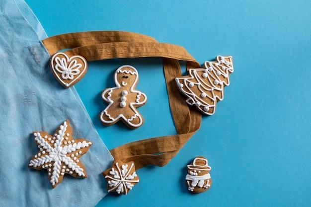 Définir des biscuits de nouvel an festif sur fond bleu