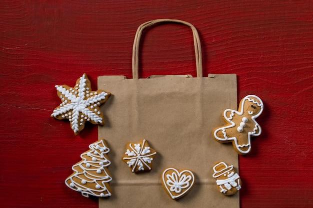 Définir des biscuits de nouvel an festif sur fond de bois rouge