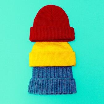 Définir une casquette tricotée élégante sur fond bleu
