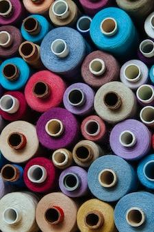 Définir les fils de différentes couleurs couture couture différente palette multicolore