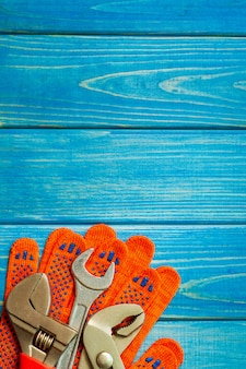 Définir des outils pour les plombiers sur des planches en bois bleues