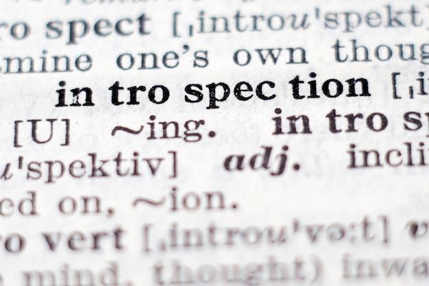Définition du dictionnaire du mot introspection, mise au point sélective.