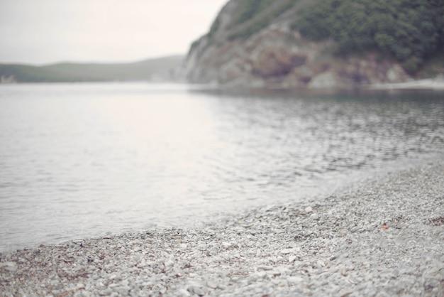 Défoc de bord de mer été paysage monochrome eau caillou nature colline bay.