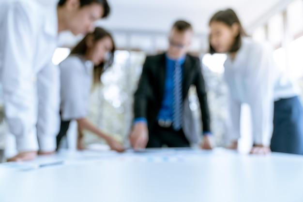 Défocalisation arrière-plan flou des gens d'affaires se réunissent dans le bureau