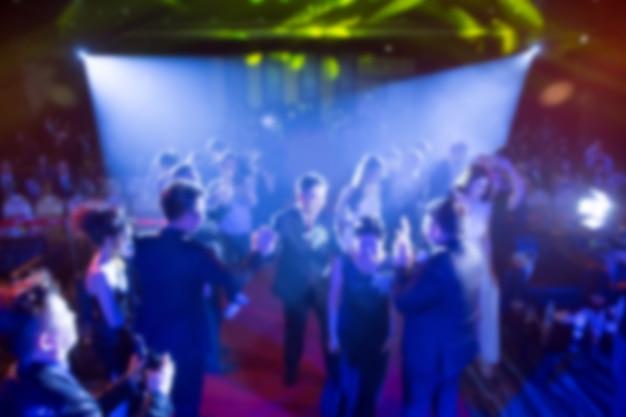 Défocalisation du thème de la cérémonie de remise des prix créative avec éclairage tamisé