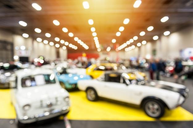 Défocalisation de l'image de voitures anciennes dans une salle d'exposition