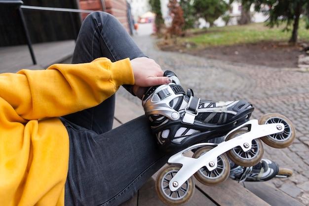 Défocalisé femme portant des patins à roues alignées