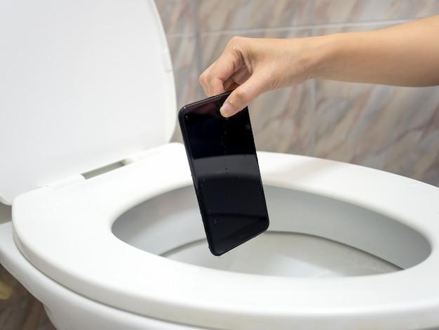 Dégâts d'eau smartphone dans le placard de l'eau