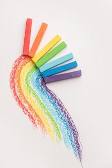 Dégradé arc-en-ciel fait de craies de crayon pastel sur les traces colorées