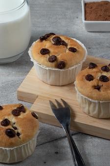 Dégustation de délicieux muffins avec une goutte de chocolat.