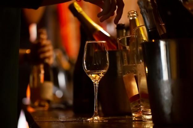 Dégustation de vin: un verre avec les restes de vin est sur la table.