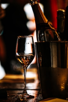 Dégustation de vin: un verre de vin est posé sur une table en bois.