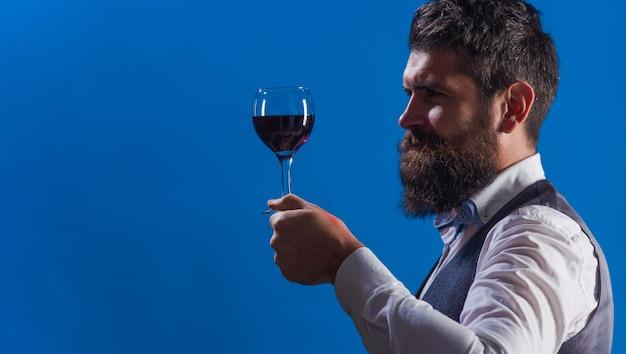 Dégustation de vins. sommelier. homme barbu avec verre à vin. restaurant. dégustation. homme avec de l'alcool. espace de copie pour la publicité.