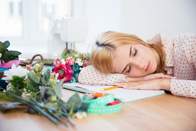 Deisgner femelle dormant sur le bureau