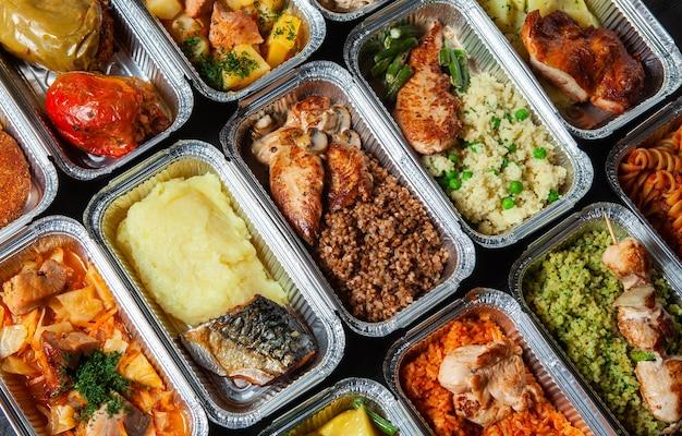 Déjeuner d'affaires dans un contenant en plastique écologique prêt pour la livraison.