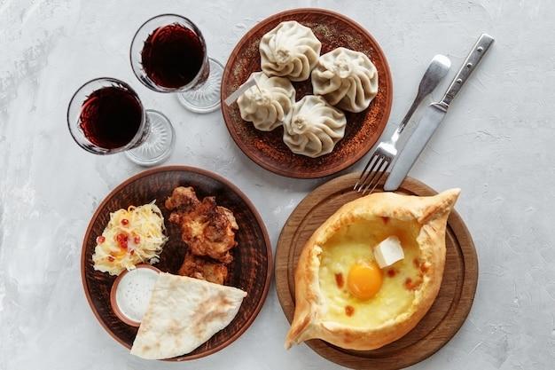 Déjeuner d'affaires de khachapuri, khinkali et barbecue avec un plat d'accompagnement
