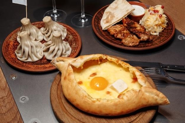 Déjeuner d'affaires de khachapuri, khinkali et barbecue