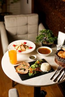 Déjeuner d'affaires de salade de soupe et plat principal