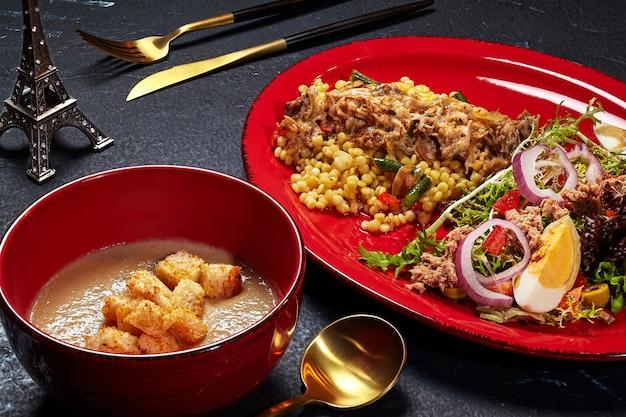 Déjeuner de crème de champignons ptitim avec julienne et salade niçoise