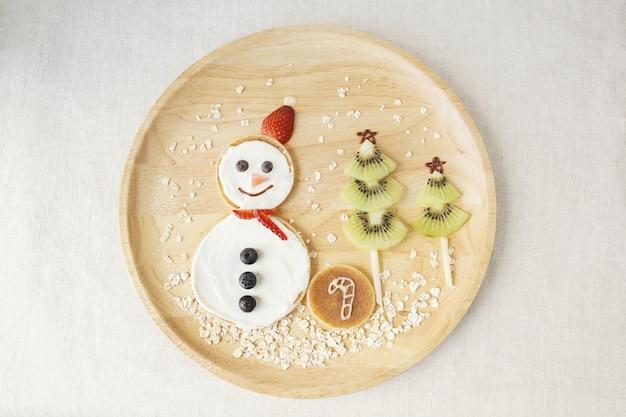 Déjeuner de crêpes bonhomme de neige et sapin de noël