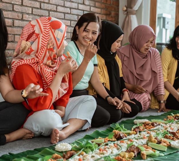 Déjeuner dans la tradition kembulaise à la maison