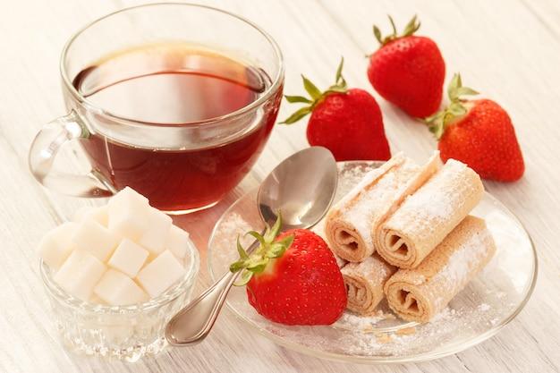Déjeuner du matin avec du thé, du sucre et des gaufres sucrées