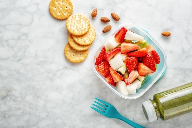 Déjeuner à emporter avec des fruits en boîte