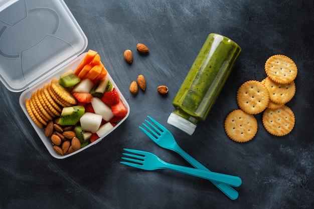 Déjeuner à emporter avec fruits et légumes en boîte. vue d'en-haut.