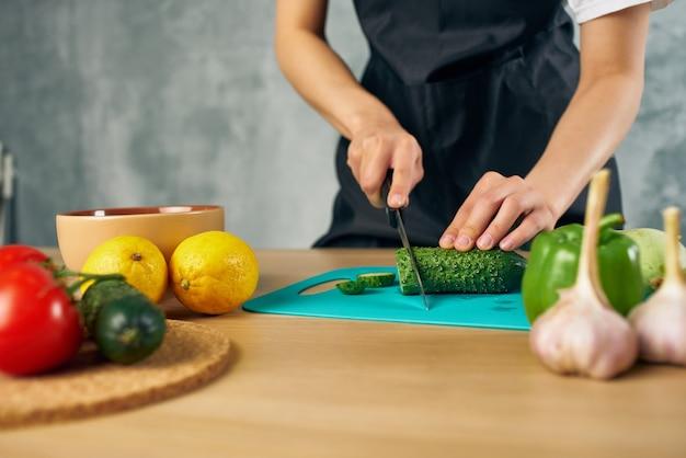 Déjeuner de femme au foyer à la maison de la nourriture végétarienne fond isolé