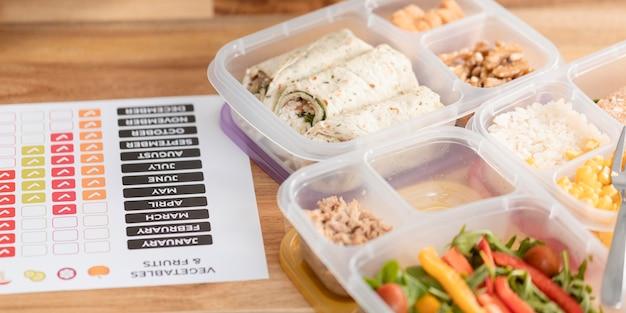 Déjeuner en haute vue dans des boîtes et des horaires de travail