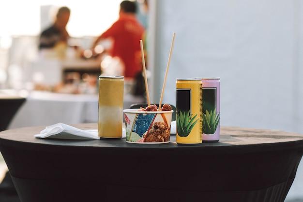 Déjeuner avec nourriture et boissons sur la table en plein air