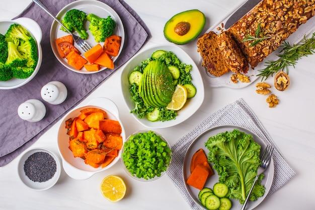 Déjeuner de nourriture végétalienne saine, vue de dessus.