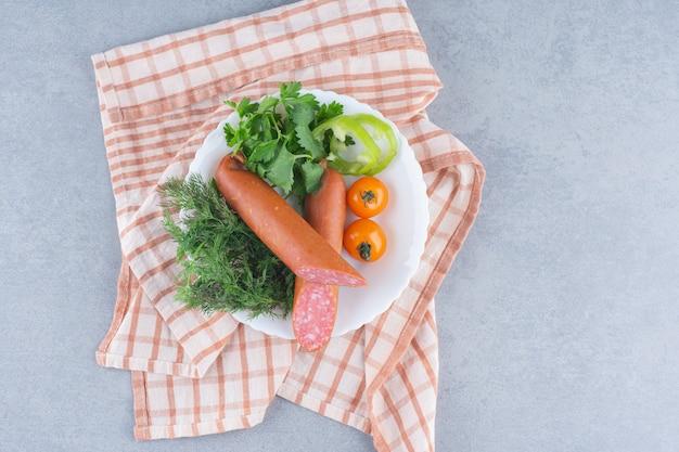 Déjeuner parfait. salami, légumes verts et légumes.
