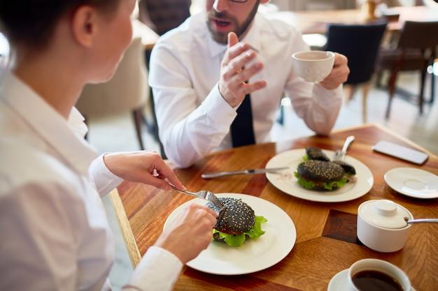 Déjeuner de partenaires commerciaux