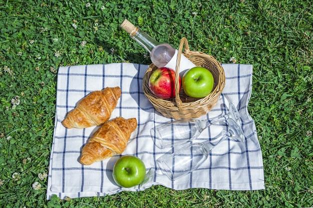 Déjeuner pique-nique d'été romantique à l'extérieur.