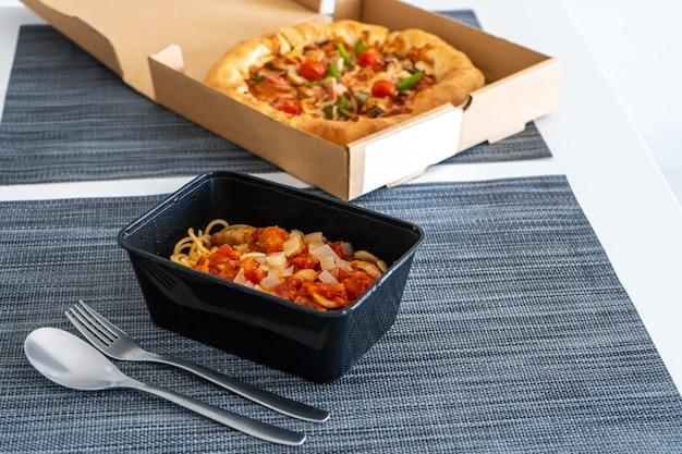 Déjeuner, pizza aux pâtes. livraison de nourriture.