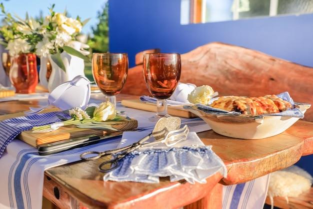Déjeuner en plein air, empanadas et table à la décoration rustique et créole